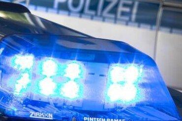 Ein Mann hat in Plauen mit einer Metallsichel nach Passanten geschlagen.
