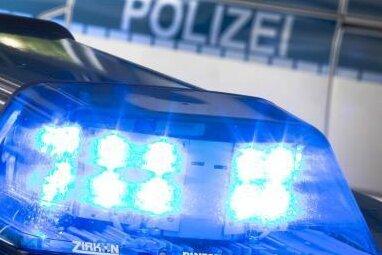 Unbekannte Täter haben in der Nacht zum Mittwoch die Plane eines Sattelanhängers an der A 72 aufgeschlitzt und Aluminiumbarren gestohlen.