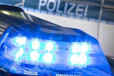 Knapp 50 leere Edelstahl-Fässer wollten Diebe in der Nacht zum Dienstag vom Gelände der Wernesgrüner Brauerei in Steinberg stehlen. Doch ein Zeuge bemerkte das Treiben und rief die Polizei.