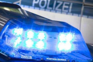 Ein unbekannter Autofahrer hat in Auerbach am Montag ein Postauto geschädigt und ist dann geflüchtet.