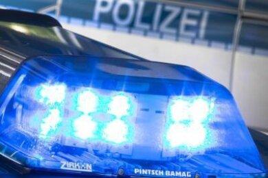 Ein Mann (33) wird verdächtigt, in Zwickau auf offener Straße zwei Personen mit einer Waffe bedroht zu haben.