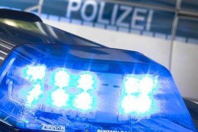 In Reichenbach hat ein Mann am Sonntag mit einem Luftgewehr aus dem Fenster eines Wohnhauses geschossen. Zu diesem Zeitpunkt gingen dort ein Mann und eine Frau mit einem einjährigen Kind vorbei.