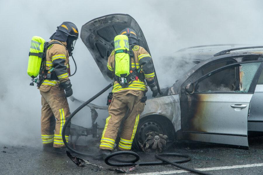 Auto brennt auf Autobahnzubringer - Ersthelfer retten Insassen