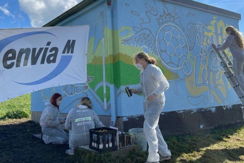 Schülerinnen verwandeln Thierfelder Trafostation in Hingucker