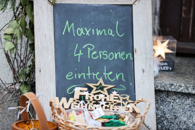 Ein Schild vor einem Geschäft in Seiffen weist darauf hin, dass nur vier Personen den Laden betreten dürfen. In Sachsen gelten angesichts anhaltend hoher Infektionszahlen nahezu flächendeckend strenge Corona-Regeln.