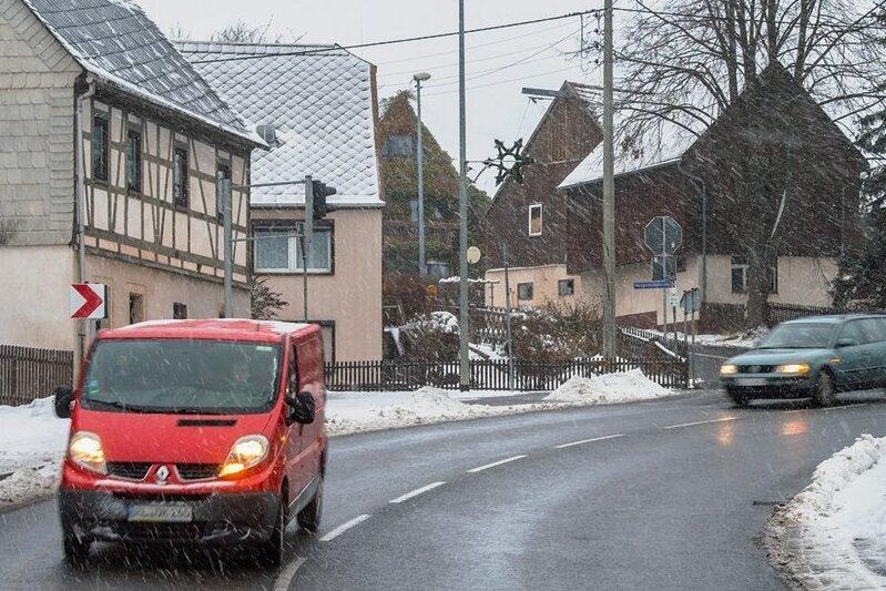 """Rechts geht es nach Neukirchen, """"geradeaus"""" nach Seifersdorf. Doch ist das wirklich noch eine Kreuzung? Oder anders gesagt: Wer würde hier nicht links blinken, wenn er von der Hauptstraße runter will?"""