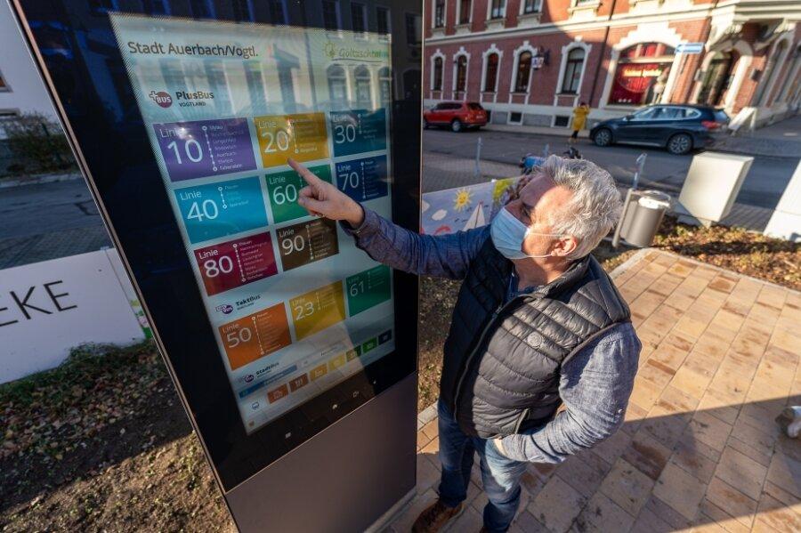Auerbach, Breitscheidstraße: Wann fährt der nächste Bus? Oberbürgermeister Manfred Deckert (parteilos) findet den richtigen Anschluss.