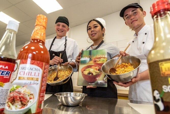 Phillip Weißmann, Marut Schmidt und Elisa Kern (von links) bereiten bei der Interkulturellen Woche an der Burgstädter berufsbildenden Don Bosco-Schule beim thailändischen Kochkurs Frühlingsrollen zu.