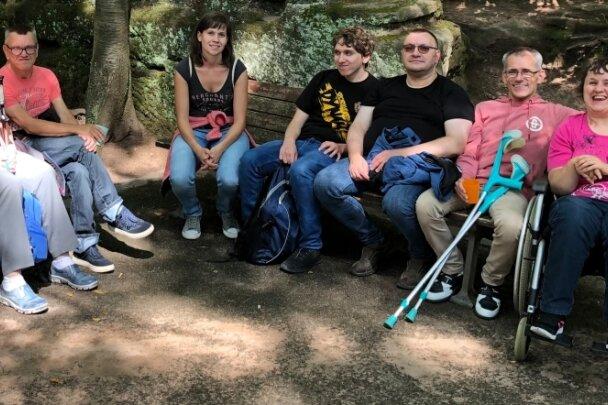 """Eine Gruppe von """"Alternativurlaubern"""" beim Besuch im Zoo Leipzig, in der Mitte Betreuerin Nicole Kahlert."""