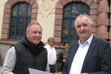 Vereinssprecher Andreas Wagner (l.) macht Sachsens Regionalentwicklungsminister Thomas Schmidt mit Sanierungsplänen vertraut, die in nächster Zeit im Ratskeller angepackt werden sollen.