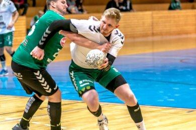 Durchgesetzt: Wie im Vorjahr haben die Handballer der HSG um Ondrej Simunek (r.) zum Saisonauftakt in Wittenberg gewonnen. Der 29-jährige Tscheche war dabei eine Stütze der starken Freiberger Abwehr.