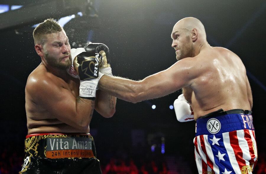 Tyson Fury (rechts) besiegt Tom Schwarz.