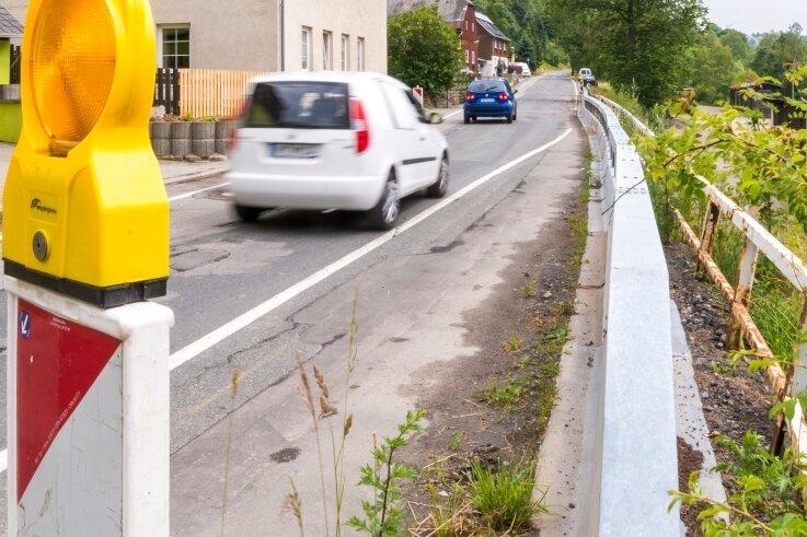 Die Talstraße in Deutschneudorf ist im Bereich des alten Bahnhofs noch immer nur eingeschränkt befahrbar. Bevor der Verkehrsweg als Umleitungsstrecke dient, soll er zumindest frisch asphaltiert werden.