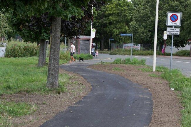 Der Fußweg an der Glauchauer Sachsenallee, nördlich des neuen Eigenheimgebietes, ist fertig.