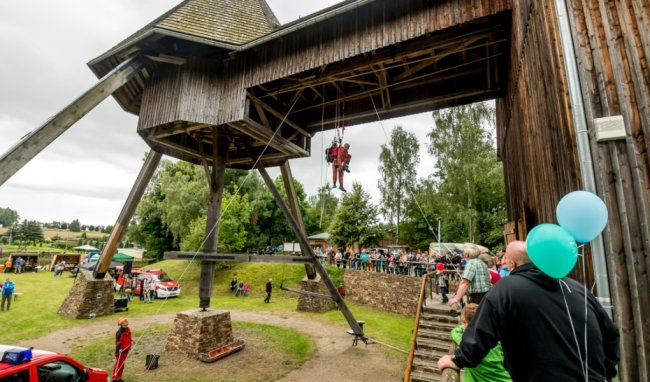 Mitglieder der Grubenwehr vom Standort Aue der Wismut GmbH zeigen bei einer Schauübung, wie eine hilflose Person mit Seiltechnik gerettet werden kann.