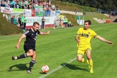 Der Werdauer Tom Dörner (links) erzielte die 1:0-Führung. Kurz vorm Ende der regulären Spielzeit verletzte sich der Stürmer schwer.