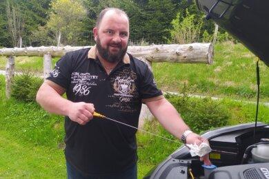 Andreas Drescher ist in Neuhausen aufgewachsen und lebt im Allgäu. Er möchte in seine Heimat zurück und bewirbt sich um den Posten des Bürgermeisters in der Schwartenberggemeinde.