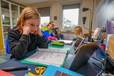 Homeschooling, Homeoffice, Lagerkoller. Die beiden kleinen Geschwister beanspruchen die Mutter, sodass Lennard Kath meistens allein vor dem Rechner sitzt.
