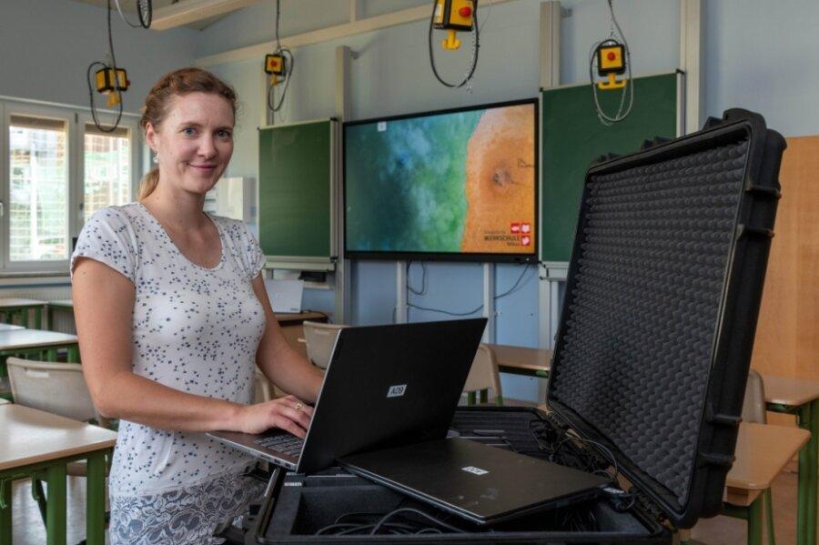 Maria Köhler von der Evangelischen Werkschule Milkau im Computerraum, der auch neue Technik erhalten hat und mit dieser ins neue Schuljahr gestartet ist.