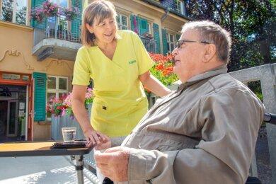 Pflegedienstleiterin Angela Kräher kümmert sich vor dem Haus um Bewohner Jürgen Sauerwein. Er ist seit einigen Wochen da. Mit der Betreuung ist er sehr zufrieden, sogar ein Besuch im Oederaner Weberei-Museum wird für ihn möglich gemacht.