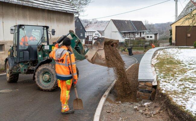 Bereits seit Mitte August wird die Kreisstraße, die mitten durch Seelitz führt, auf einer Länge von etwas mehr als einem Kilometer hergerichtet. Inzwischen sind die Arbeiter weitgehend fertig - zuletzt kippte ein Mitarbeiter einer Baufirma mit einem Radlader Splitt ab.