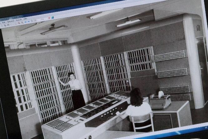 """Die """"Oprema"""" (auf dem Monitor im Hintergrund) konstruierte ein Team des VEB Carl Zeiss Jena um Entwicklungsleiter Wilhelm Kämmerer, der später Professor für Kybernetik an der Universität Jena war."""