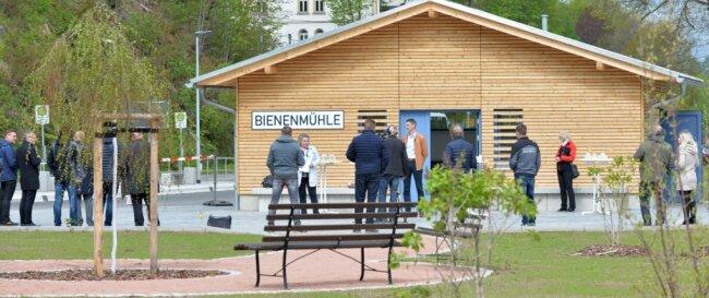Wo einst der Güterboden am Bahnhof im Ortszentrum von Bienenmühle stand, empfängt nun ein modernes Gebäude die Fahrgäste, wenn sie auf Bus oder Bahn warten müssen. Am Mittwoch wurde das neugestaltete Areal übergeben.