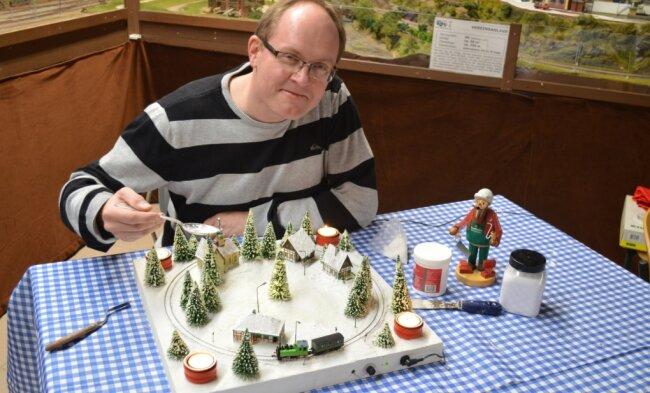 Mirco Caspar zeigt, wie ein ganz besonderer Adventskranz entsteht.