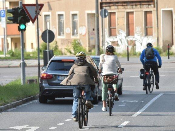 Abbiegespur für Radfahrer am Bernsbachplatz: Ein Großteil der Radfahrer fühlt sich im Chemnitzer Stadtverkehr unsicher.