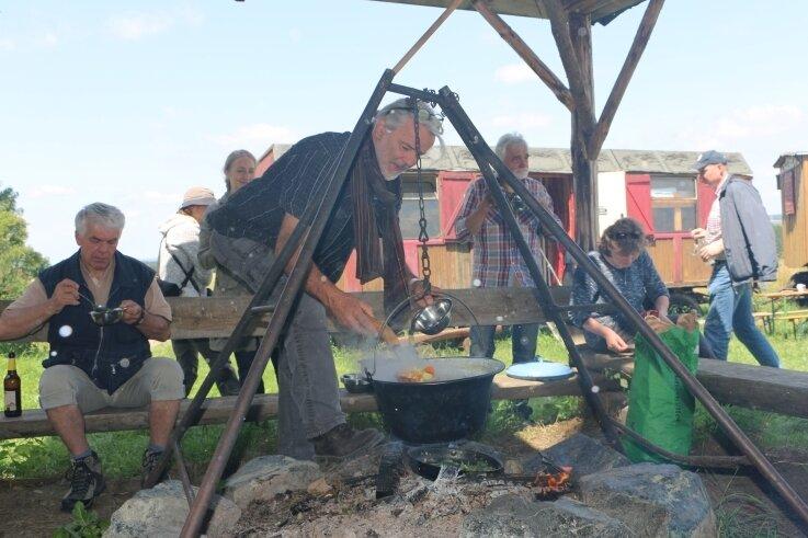 Am offenen Feuer gekocht, schmeckt das Essen gleich nochmal so gut. Thomas Hohl teilt an die Umweltschützer aus.