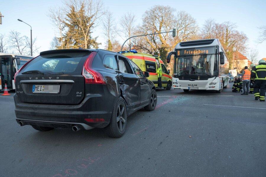 Freiberg: Bus und Auto kollidieren auf Tivoli-Kreuzung
