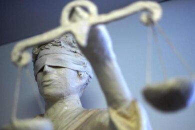 Zwei Männer hatten Lebensmittel in Muldenhammer gestohlen und falsche Ausweise vorgezeigt. Jetzt bekamen sie im beschleunigten Verfahren vorm Amtsgericht Zwickau die Quittung.