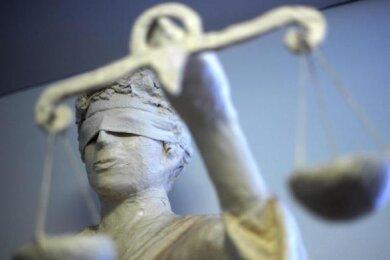 Wegen Bandendiebstahls stand ein 27-jähriger Mann vor Gericht. Er soll mit Kumpanen 25 Tonnen Altbatterien in Glauchau gestohlen haben.