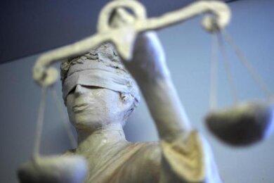 Ein Angeklagter erschien nackt vor Gericht. Er soll in einer Plauener Drogerie Parfüm gestohlen und einer Verkäuferin mehrere Finger gebrochen haben.