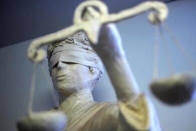 Angeklagt war ein 20-jähriger Mittelsachse. Vorwurf der Staatsanwaltschaft: Zwischen Anfang Dezember 2019 und Ende Januar 2020 soll er in zwei Fällen mit einer 13-Jährigen sexuellen Kontakt gehabt haben.