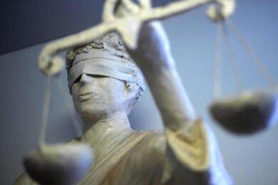 Einen Drogenhändler aus dem Erzgebirge hat das Landgericht Chemnitz am Mittwoch zu drei Jahren und neun Monaten Haft verurteilt.