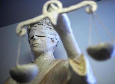 Der 32-Jährige, der laut Polizei am Dienstag in Glauchau einen 49-Jährigen mit einem Rasiermesser bedroht hatte, ist am Donnerstag vom Amtsgericht Zwickau in einem beschleunigten Verfahren verurteilt worden.