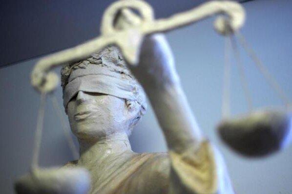 Volltrunken nach Polizisten getreten: Warum es der Richter nochmal bei einer Geldauflage belässt