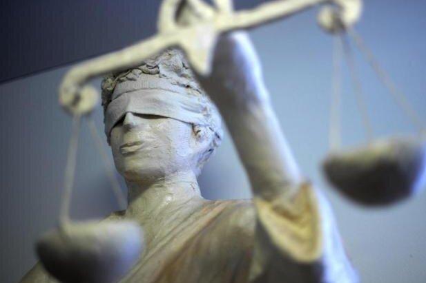 Ein Meeraner hat Versicherungen um 12.000 Euro betrogen. Während gegen ihn verhandelt wurde, musste er vorm Gerichtsgebäude ausharren.