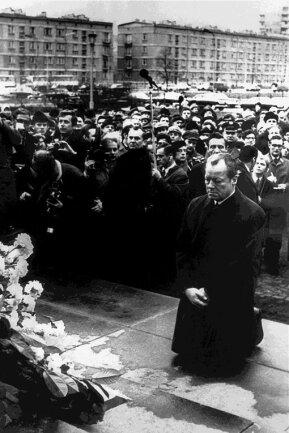 Vor 50 Jahren, am 7. Dezember 1970, kniete Bundeskanzler Willy Brandt vor dem Mahnmal im einstigen jüdischen Getto in Warschau (Polen), das den Helden des Getto-Aufstandes vom April 1943 gewidmet ist.