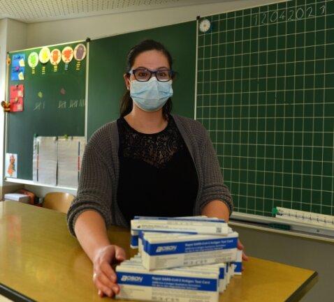 Lehrerin Anne Stiehler stellt an der Eduard-Feldner-Grundschule in Hainichen die Selbsttest-Kits für ihre Klasse zusammen. Über 300 Kinder besuchen die Schule.