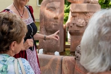 Elly Martinek führte in der Rolle der Herzogin Elisabeth Neugierige auch zum Steinmetzbrunnen auf dem Topfmarkt.