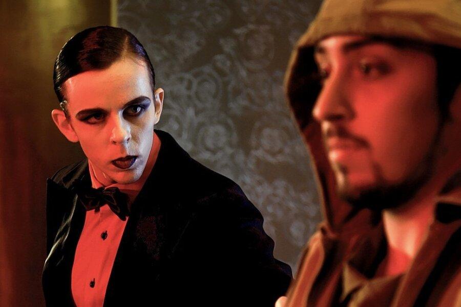 Personifizierte Verführung: Der Teufel (getanzt von Julian Greene, links) hat es auf den Soldaten (Lorenzo Colella) abgesehen.