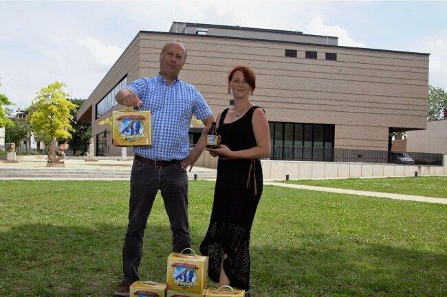 Der Auftritt der Amigos wird einer der Höhepunkte zum Jubiläum 10 Jahre Vogtlandhalle. Die Greizer Brauerei hält dafür ein Fanbier parat. Geschäftsführer Thomas Schäfer präsentierte es mit Hallen-Chefin Ann-Katrin Gabel. Er hat eine besondere Verbindung zu dem beliebten Schlager-Duo.