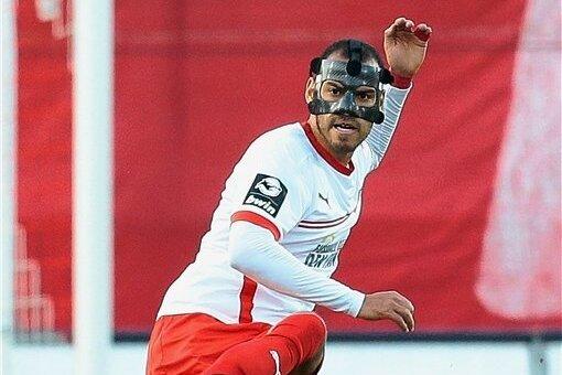Zwickaus Verteidiger Steffen Nkansah spielt seit seinem Nasenbeinbruch mit Maske.