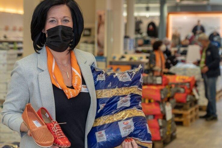 """Außer Schuhen gibt's bei Mayers Markenschuhe in Treuen jetzt auch Nudeln, Grillkohle und andere """"Waren des täglichen Bedarfs"""". Im Bild Filial- und Bezirksleiterin Peggy Leupold (43)."""