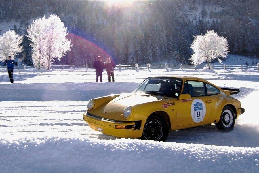 Die Historic Ice Trophy findet alljährlich im Januar im österreichischen Altenmarkt im Pongau statt. Zuschauer dürfen auch mal mitfahren. Foto: Tourismusverband Altenmarkt