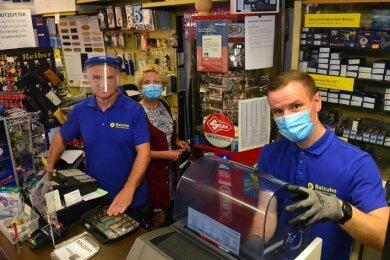 Ein Betrieb in Familie: Uwe (l.), Ehefrau Karola und Sohn Thomas Balzuhn im Geschäft in Frankenberg.