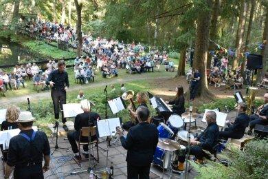 Rund 500 Besucher kamen am Sonntag zum Konzert am Klingenthaler Meiselteich, bei dem die Band Brass Socks(Foto) und die Swinging Akkordeons mit großem Erfolg ihr Premiere hatte.