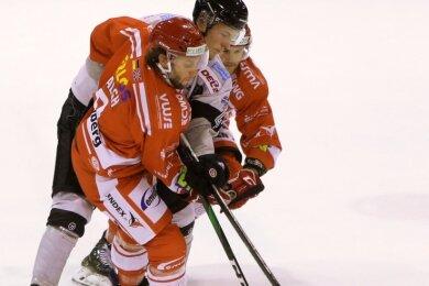 Vergangene Woche nahmen die Eispiraten Dominic Walsh (links) und Timo Gams den Bayreuther Dani Bindels in die Mangel.